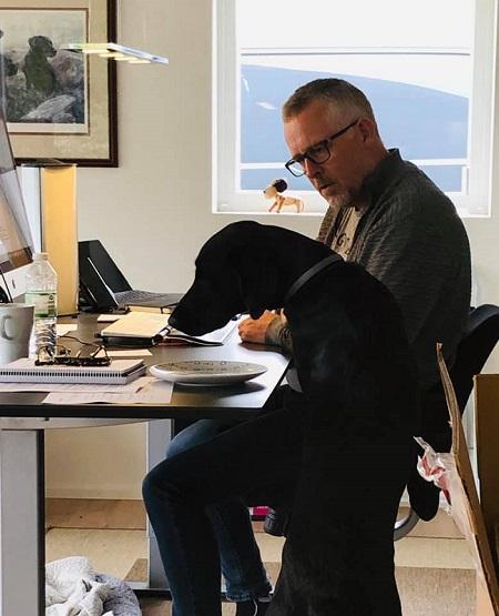Erik får hjælp på kontoret